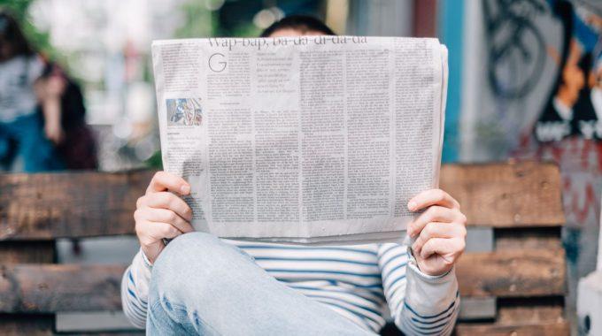 Homme Lisant Les Bons Plans De Barcelone Sur Un Journal