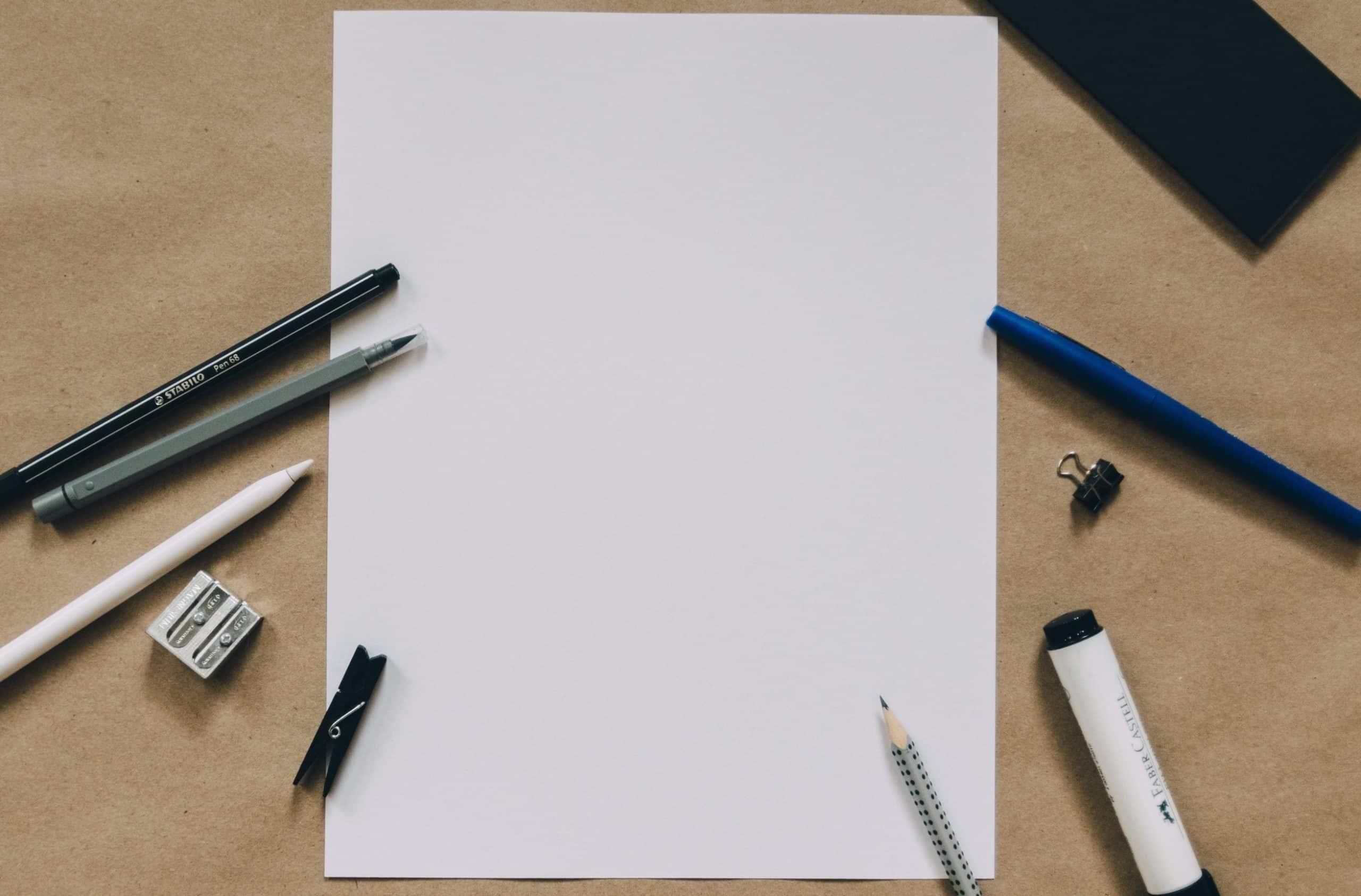 page blanche avec stylo pour rapport de stage