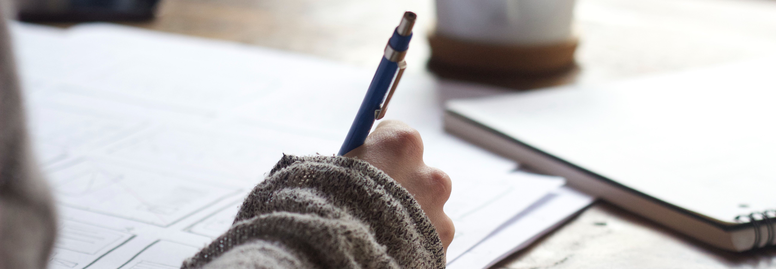 stylo-feuilles-ecriture-cv-lettre-de-motivation