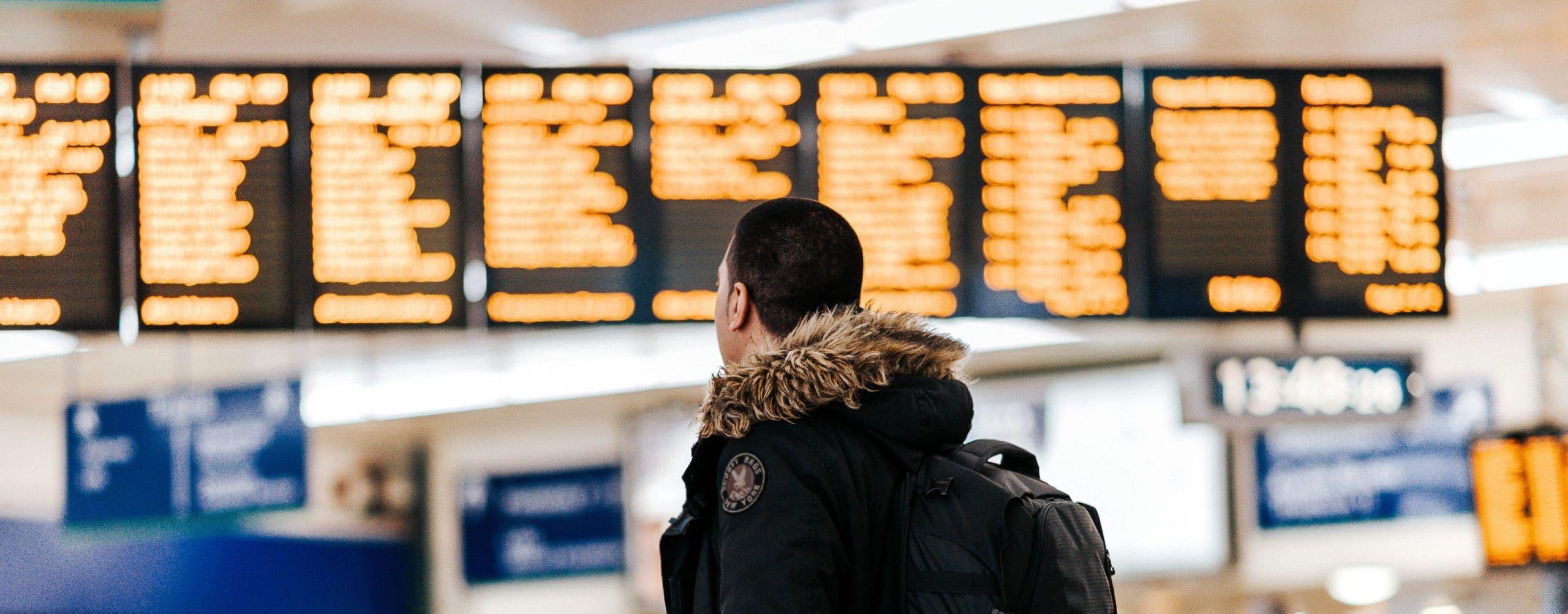 homme-regarde-panneau-aeroport