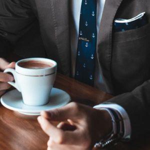 Homme-costume-café-négocier-salaire-stage